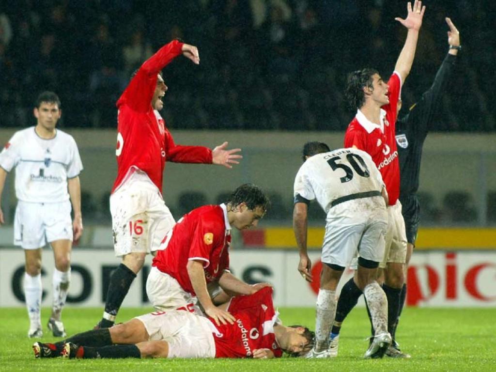En 2004, el futbolista húngaro Miklós Fehér se desplomó casi al final del partido de la liga portuguesa entre Benfica y Vitória de Guimaraes.