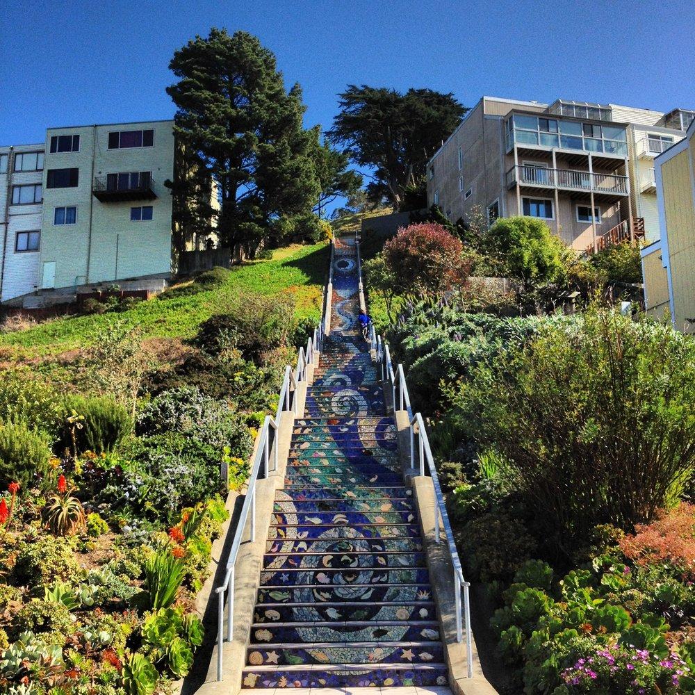 Además de los cautivadores pasos, esta escalera también te regala una vista inigualable de la ciudad.