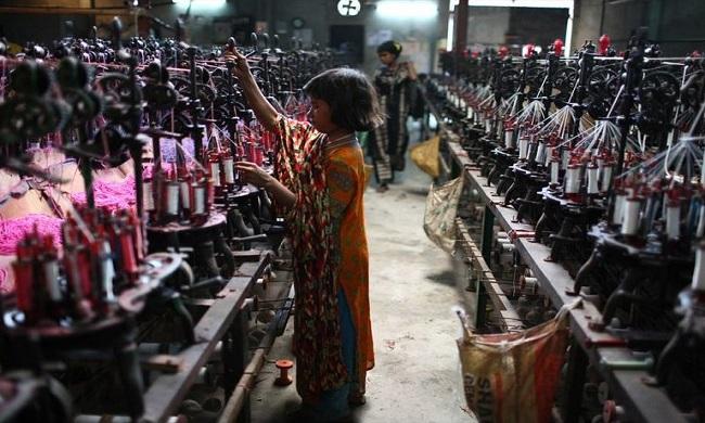 Obligados a trabajar horas extras, sin poder reunirse en sindicatos, o incluso amenazados con ser despedidos sólo por estar enfermos_ así trabajan muchos de los empleados de grandes marcas textiles.