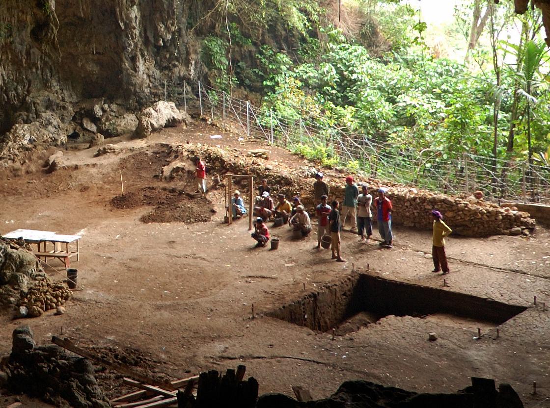 La excavación que llevó al decubrimiento del Homo floresiensis en la cueva de Liang Bua