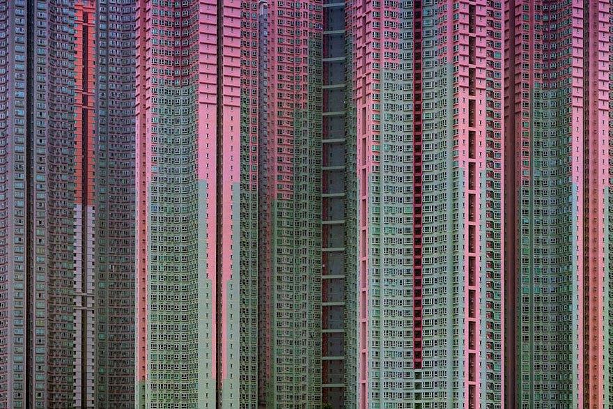 El fotógrafo Andy Yeung lleva tiempo retratando esta ciudad y su particular arquitectura enfocada a albergar miles de habitantes, convirtiéndose para algunos en claustrofóbica.