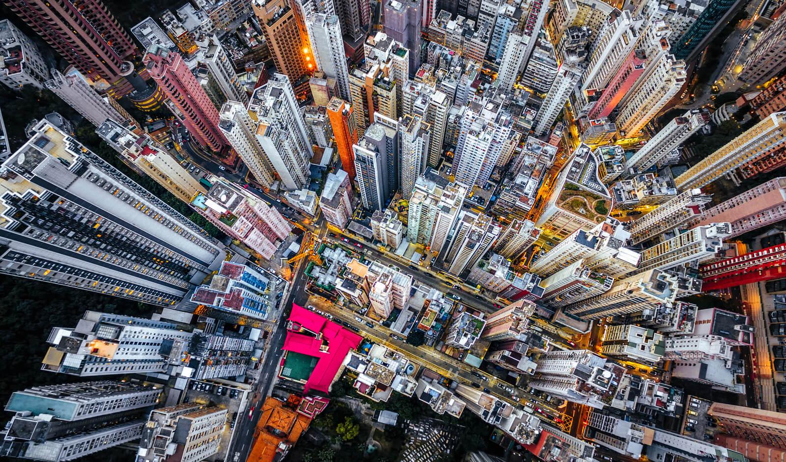 Hong Kong es la ciudad del mundo con mayor cantidad de edificios con una altura promedio de 150 metros y una de las que tiene una mayor densidad de población.