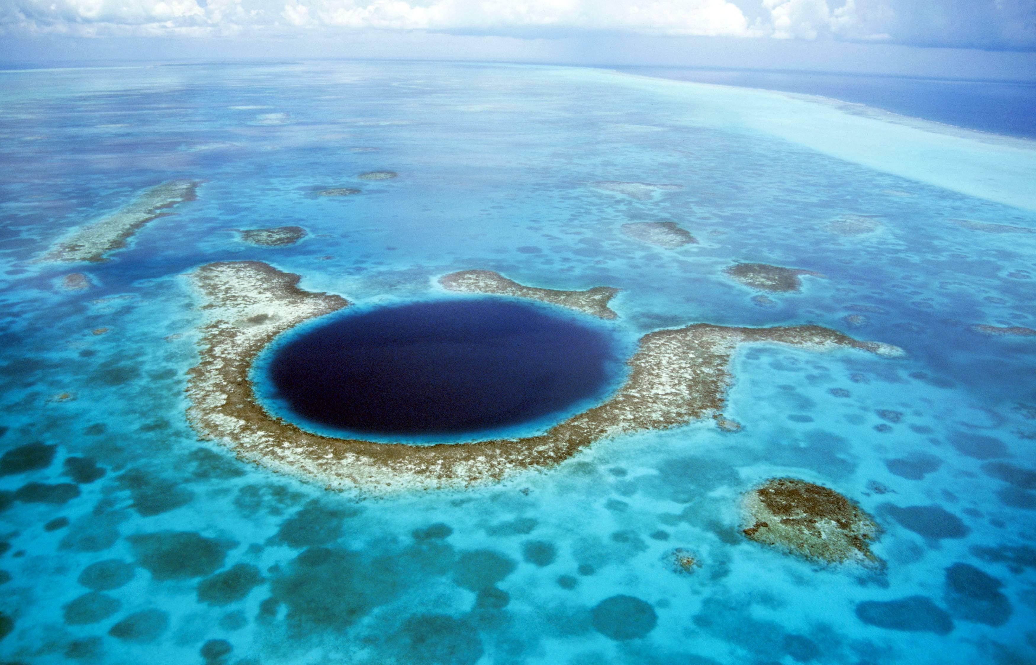 También llamado el 'Gran Ojo Azul', es uno de los lugares más inaccesibles del planeta. Las lagunas de este tipo se encuentran rodeadas de arrecifes de coral.