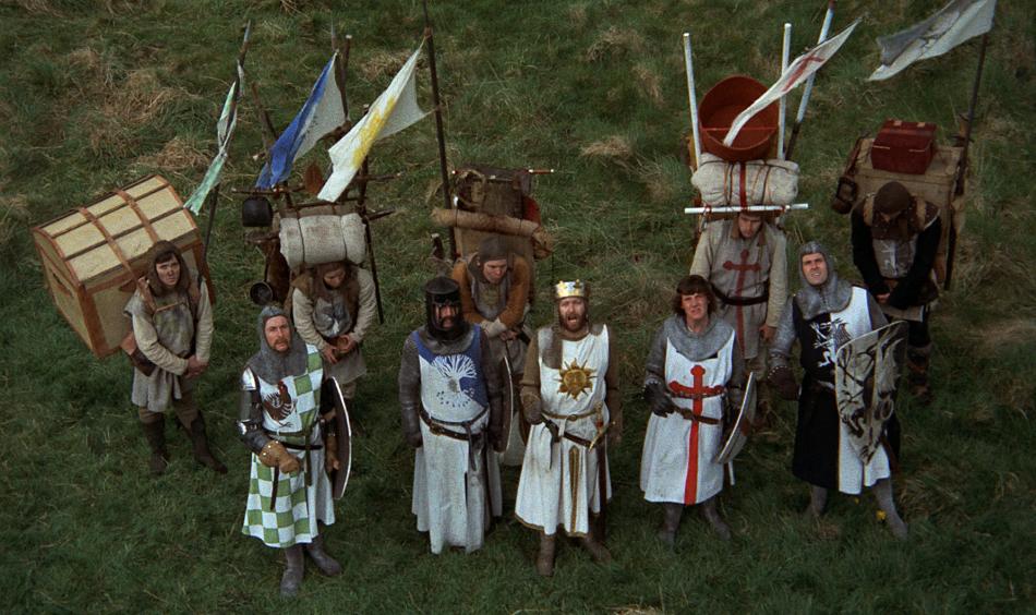 Monty Phyton cuenta las aventuras del Rey Arturo y su escudero que necesitan más hombres para Los Caballeros de la Mesa Cuadrada que ayuden a encontrar el Santo Grial.