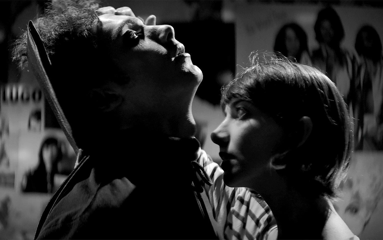 Filmada en blanco y negro por Ana Lily Amirpour.