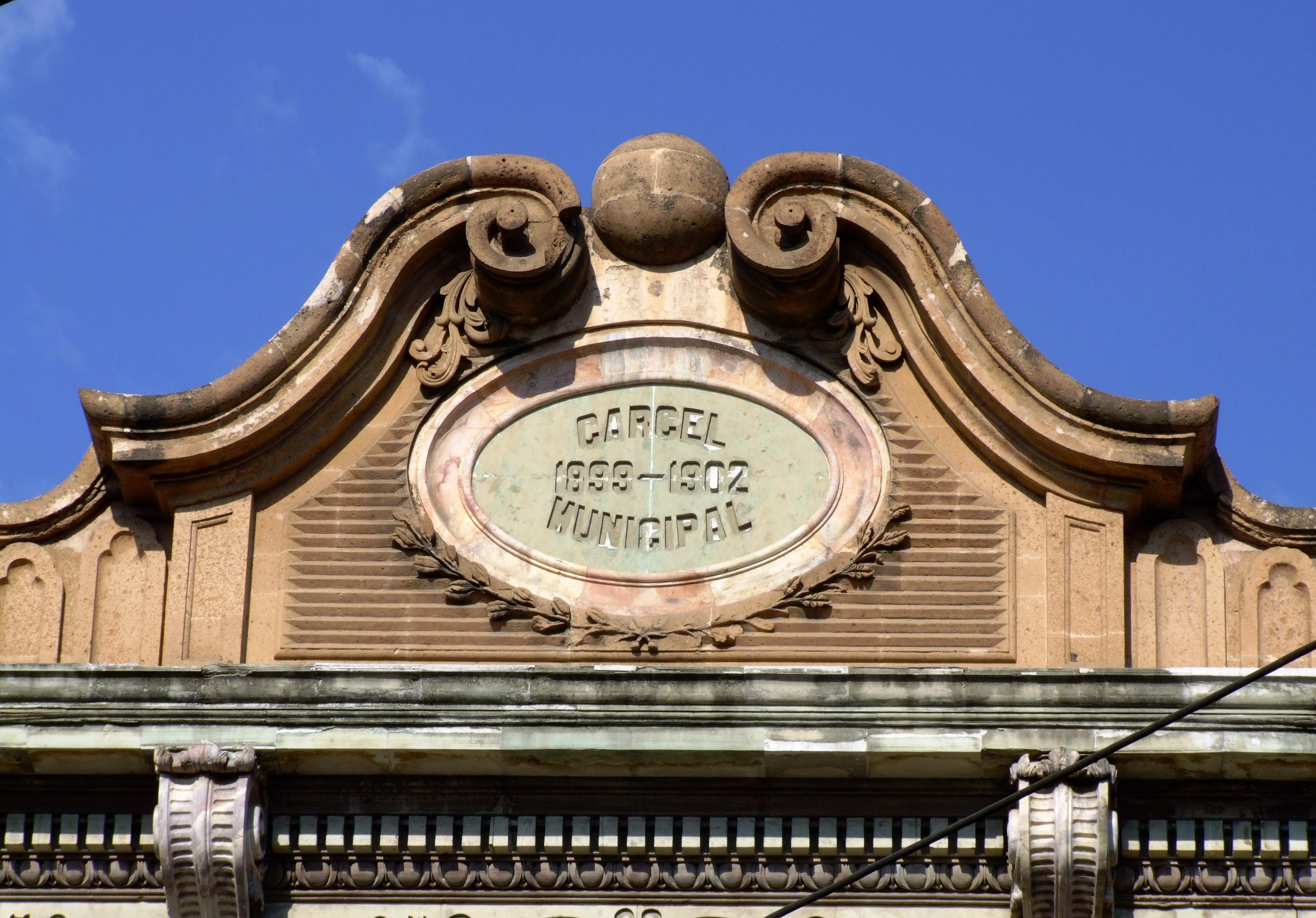 Llegó a ser sede de la Escuela de Música Silvino Robles, compartiendo con la Escuela Superior de Artes Plásticas.