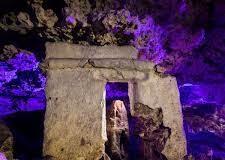 """Hallazgo maya en un cenote, el altar del inframundoLos mayas incursionaron en las partes más oscuras de los cenotes y cavernas, los cenotes son el vientre de la tierra; la entrada al inframundo y el pasaje directo de las deidades de las cavernas, altares ocultos en la oscuridad de la tierra, altar maya descubierto en la urbe de la Playa del Carmen, Planetario Sayab; """"cenotes urbanos de Playa del Carmen"""" y El Círculo Espeleológico del Mayab, A.C, """"La cueva del Templo"""""""