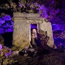 Hallazgo maya en un cenote, el altar del inframundoLos mayas incursionaron en las partes más oscuras de los cenotes y cavernas, los cenotes son el vientre de la tierra; la entrada al inframundo y el pasaje directo de las deidades de las cavernas, altares ocultos en la oscuridad de la tierra, altar maya descubierto en la urbe de la Playa del Carmen, Planetario Sayab;